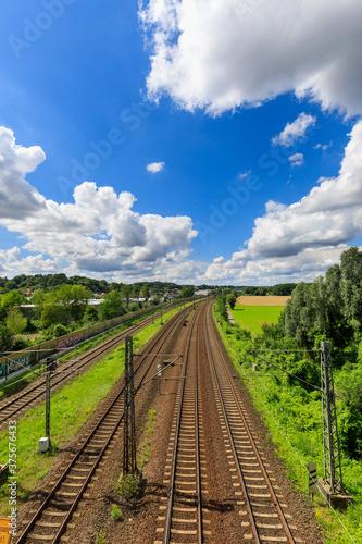 Fotografie, Obraz Bahngleise von einem Bahnhof von oben fotografiert