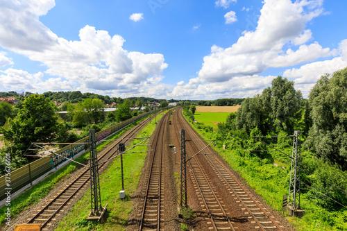 Obraz na plátně Bahngleise von einem Bahnhof von oben fotografiert