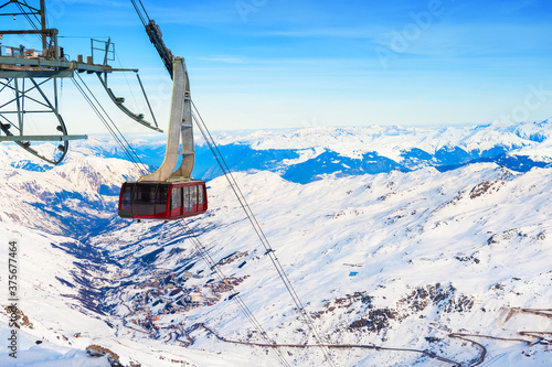 Obraz Cable car's cabin on ski resort in winter Alps. Val Thorens, 3 Valleys, France. Beautiful mountains, winter landscape - fototapety do salonu