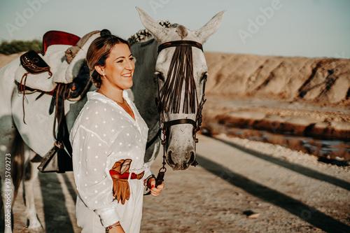 Fototapeta Chica con caballo yegua tordo torda playa natural camino trote doma playa salina camino naturaleza sanlucar rocio virgen campo ecuestre obraz