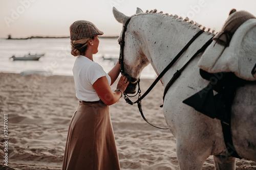 Fotografie, Obraz Chica con caballo yegua tordo torda playa natural camino trote doma playa salina