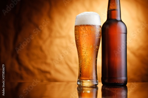 Canvastavla Ice cold pint of beer in a bottle and glass