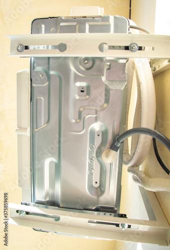 Photo Caja del ventilador de un aire acondicionado soportado por escuadras resistentes al peso