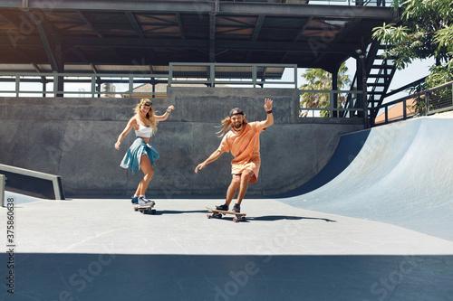 Couple On Skateboards Portrait Slika na platnu