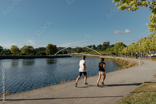 Fotografía Pareja de corredores haciendo ejercicio en la Isla de las Esculturas, Pontevedra