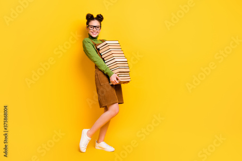 Photo Full length body size profile side view of her she attractive cheerful cheery st