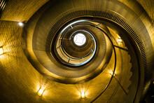 黄金に輝く螺旋階段