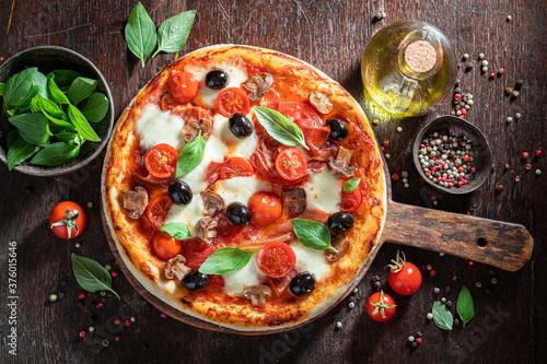 Canvastavla Rustic pizza Capricciosa with prosciutto, cheese and mushrooms