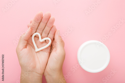 Foto Heart shape on young woman palm