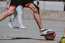 Las Piernas De Un Chico Delgado Corriendo Detrás Del Balón De Fútbol