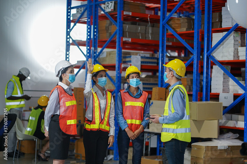 Warehouse manager teaches skills in taking care of products, counting inventory, wearing masks Tableau sur Toile