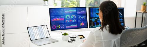 Analyst Women Looking At KPI Data Fototapet