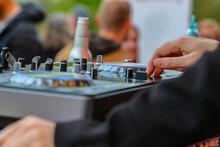 DJ Mit Den Händen Auf Dem Mis...