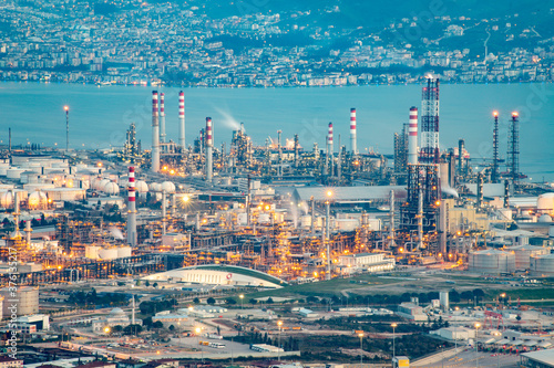 Oil refinery factory on the sea in Izmit, Turkey Fototapet