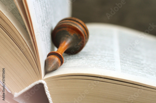 Fotografia Chess with book so close on wooden background