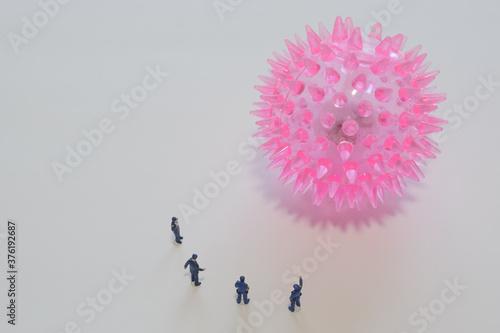 Fotografie, Obraz 巨大なコロナウイルスを監視する警察官のミニチュア人形