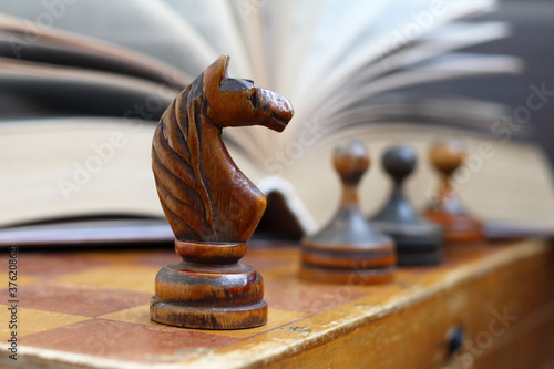Fotografia Wooden figure of a horse chess and a book background