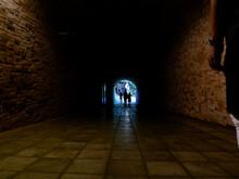 トンネルと男性