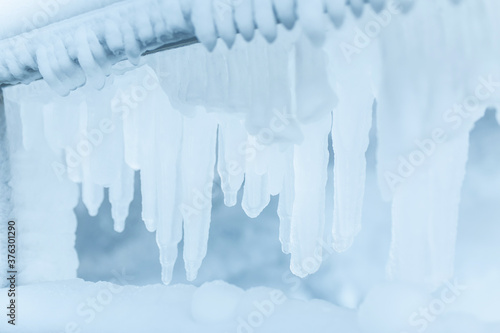 Foto Frozen fence in winter. Huge icicles