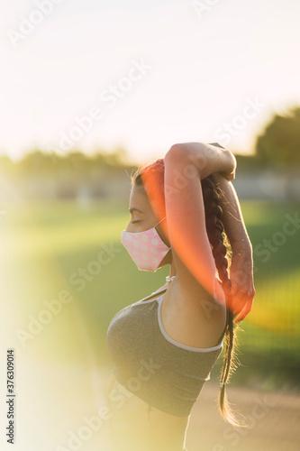 Photo Chica joven en top y pantalon corto estirando