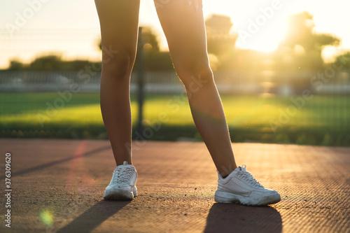Fototapeta Piernes de mujer  en pista de atletismo