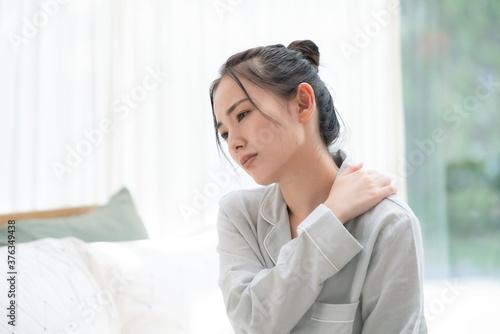 疲れた女性 睡眠不足 肩こり Fotobehang