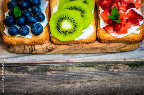 kiwi arandanos Fresas listas para sandwich natural de frutas frescas Canvas