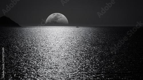 moon over the sea Fototapet
