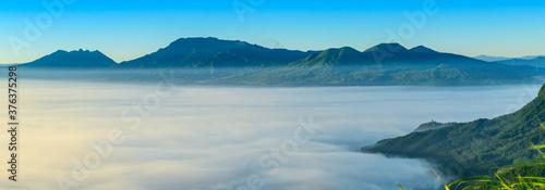 絶景雲海風景  パノラマ撮影  最高に美しい天空の絶景風景写真   夜明けの雲海    日本 熊本県 阿蘇2020年撮影 Superb view of the sea of clouds Panorama shooting The most beautiful scenery photograph of the sky Taken in Aso 2020, Kumamoto, Japan