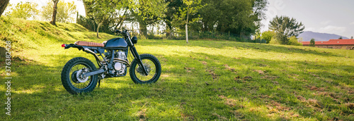Foto Beautiful vintage custom motorcycle parked on the field