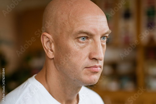The man looks into the distance against the background of the room Fototapet