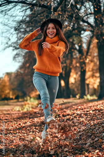 Photographie Woman in park in autumn