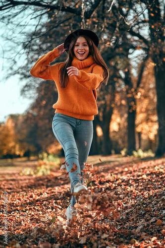 Woman in park in autumn Tableau sur Toile