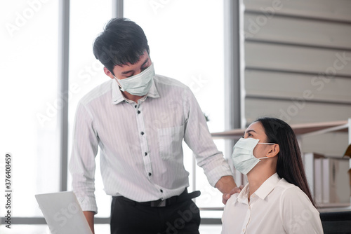 Платно asian office employee wearing mask encourage each other