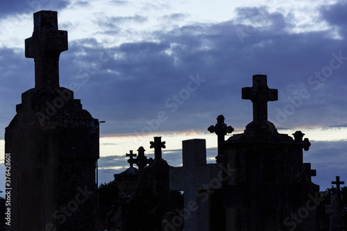 Fotografija siluetas de cruces al atardecer, cementerio de llucmajor,Conmemoracion de los Fi
