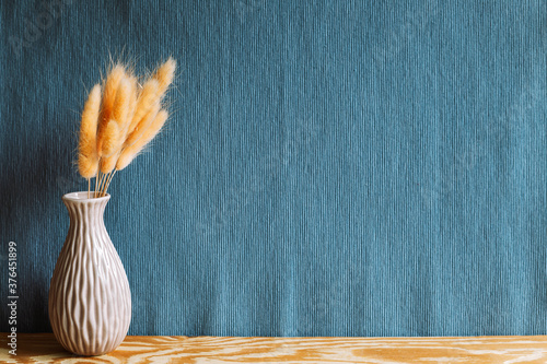 Obraz na plátne Vase of pink hares tail grass (Lagurus ovatus) dry flowers on wooden table with