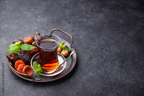 Foto Turkish tea with dried fruits