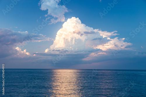 積乱雲と海 Fototapet