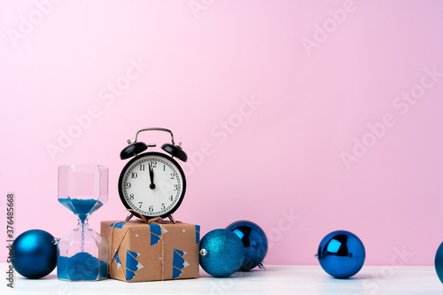 Foto Christmas and New Year countdown concept with alarm clock