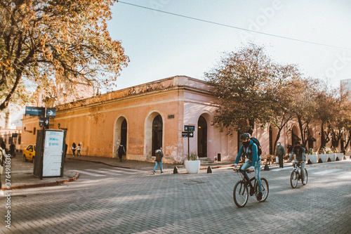 Fotografía Calle estilo colonial recorrida por ciclistas