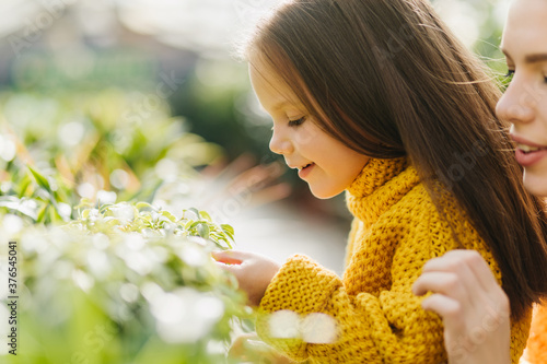 Photo Amazed little girl posing with smile on nature background