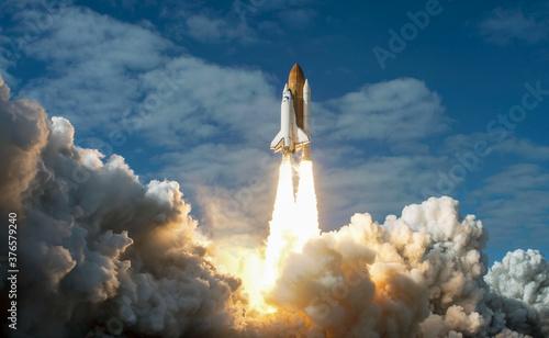 Obraz na plátně Spaceship takes off into the night sky on a mission