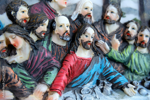 Fotografia, Obraz A decorative plaque, depicting a scene from Leonardo da Vinci's Last Supper artwork showing Jesus Christ after speaking of his forthcoming betrayal and his Apostles' reaction