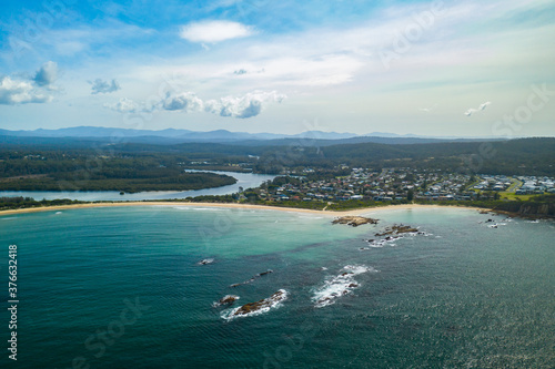 Photo Panoramic aerial view of the beautiful Tomakin Beach and inlet to Tomaga River a