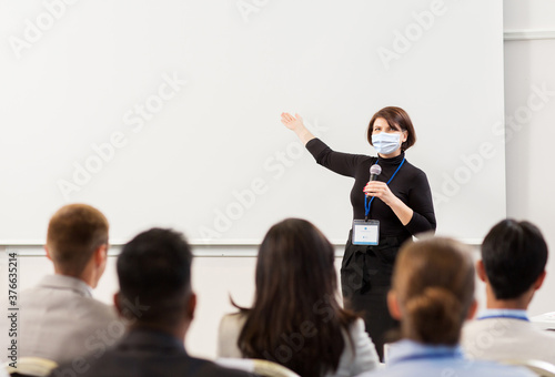 Fotografia business, education and pandemic concept - smiling businesswoman or teacher in m