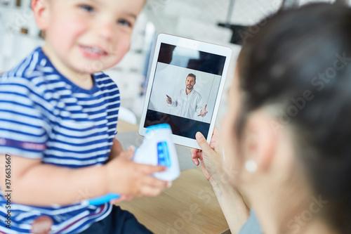 Mutter mit Kind im Videochat mit einem Kinderarzt #376635667