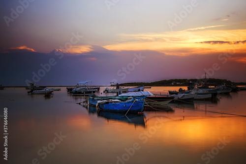 Fototapeta Barche nel porto al tramonto.
