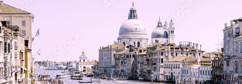 Fotografering Die Basilika der Heiligen Maria in Venedig aus der Ferne.