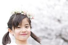 花冠を被る女の子