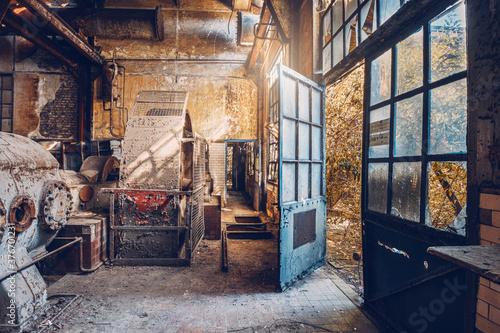 Fototapeta vieille usine avec une porte bleue